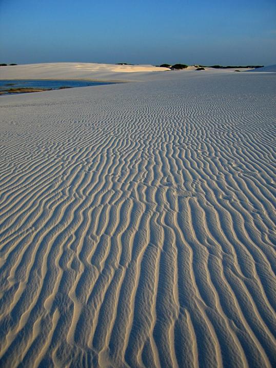 Рисунки природы на песке в национальном парке Ленсойс Мараньенсес в Бразилии. Фото