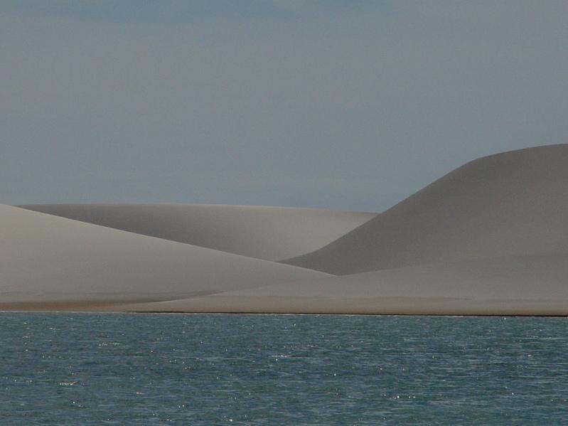 Белые барханы и вода пустыни Ленсойс Мараньенсес в Бразилии. Фото