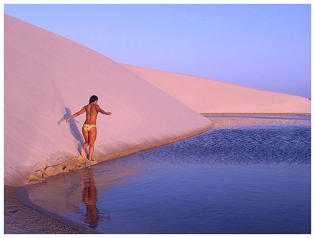 Девушка, вода и песок. Фото Пустыни Ленсойс Мараньенсес в Бразилии