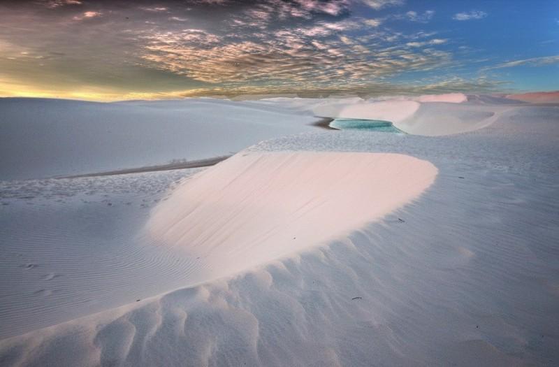 Красивое фото заката в пустыне Ленсойс Мараньенсес в Бразилии