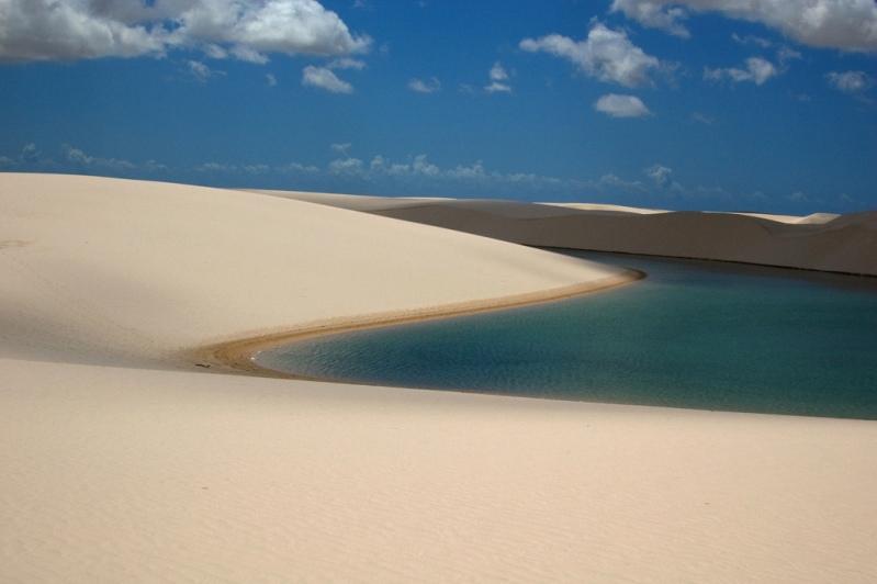 Озера среди песков в национальном парке Ленсойс Мараньенсес. Фото