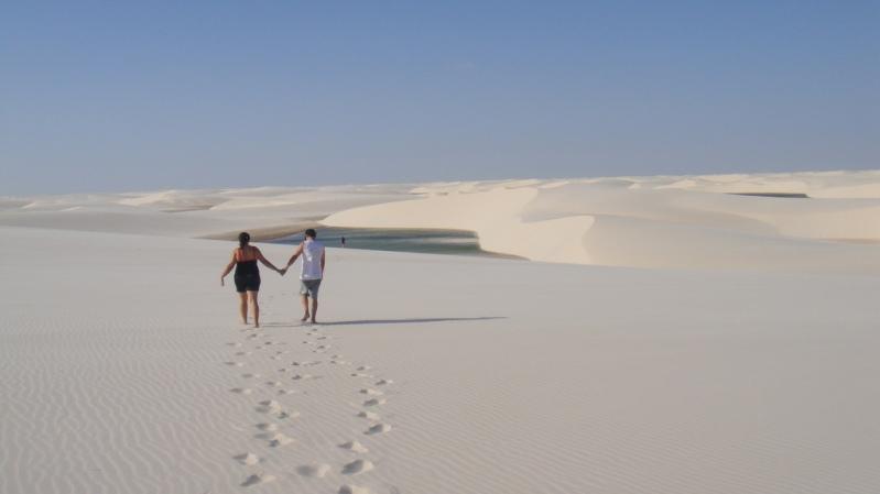 Люди в пустыни Ленсойс Мараньенсес в Бразилии