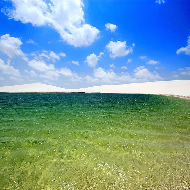 Озеро в пустыне Ленсойс Мараньенсес в Бразилии. Фото