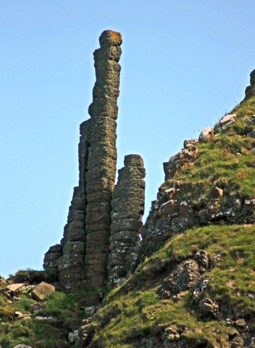 Базальтовые стержни на скале. Тропа гигантов. Фото