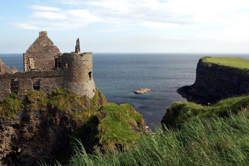 Руины замка в графстве Антрим на побережье Северной Ирландии. Фото