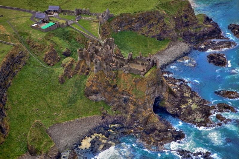 Руины замка на побережье Северной Ирландии. Фото