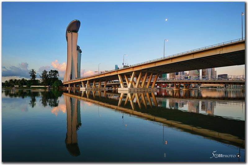 Необычная гостиница Marina Bay Sands. Вид сбоку. Фото