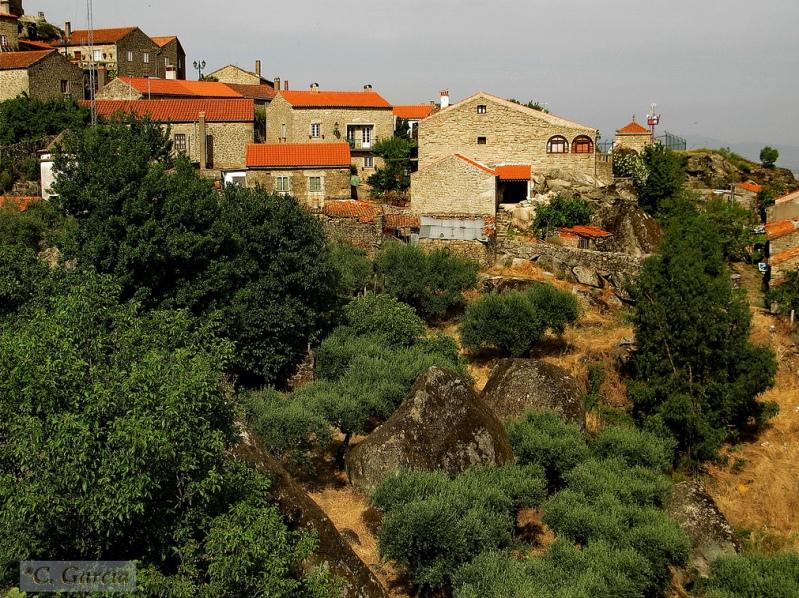 Монсанто - селение среди валунов в Португалии. Фото