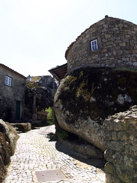 Дома-валуны в Монсанто. Португалия. Фото