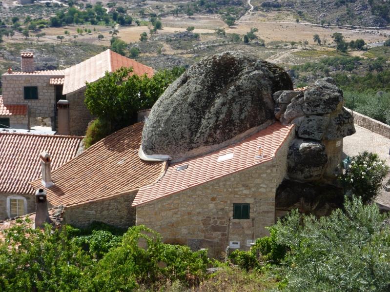 Дом, построенный вокруг валуна в Монсанто. Португалия. Фото