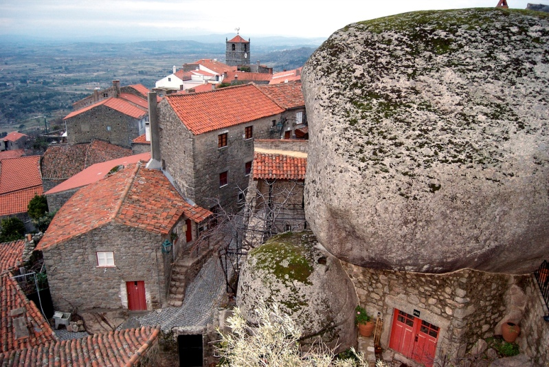 Дом под валуном в Монсанто. Португалия. Фото