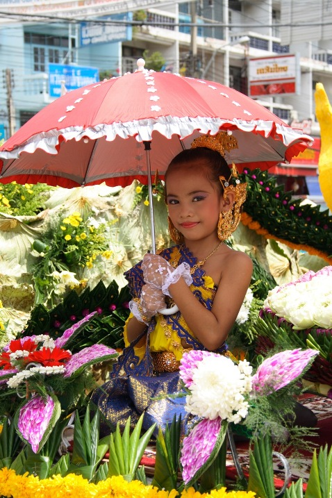Юная тайская красавица на костюмированном параде. Фото