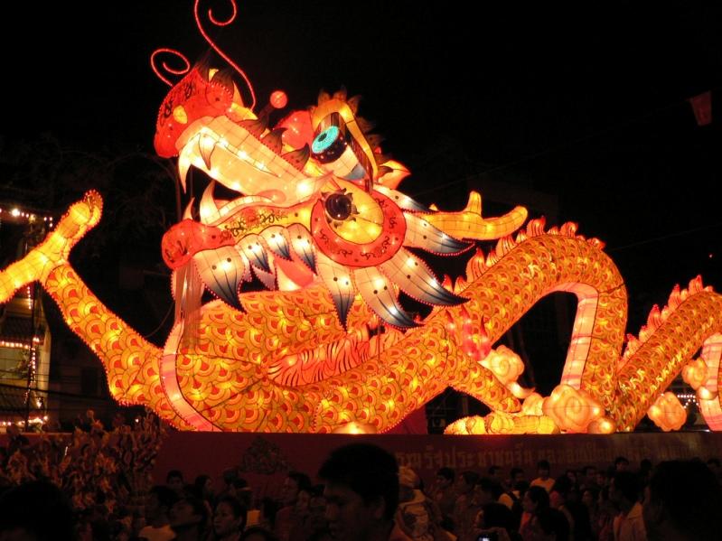 Светящийся ночью дракон. Новый год в Таиланде. Фото