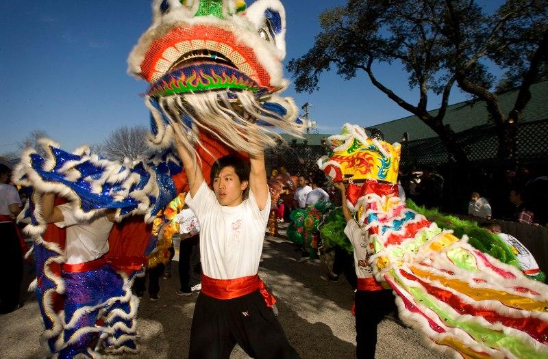 Празднование Нового года в Таиланде. Дракон. Фото