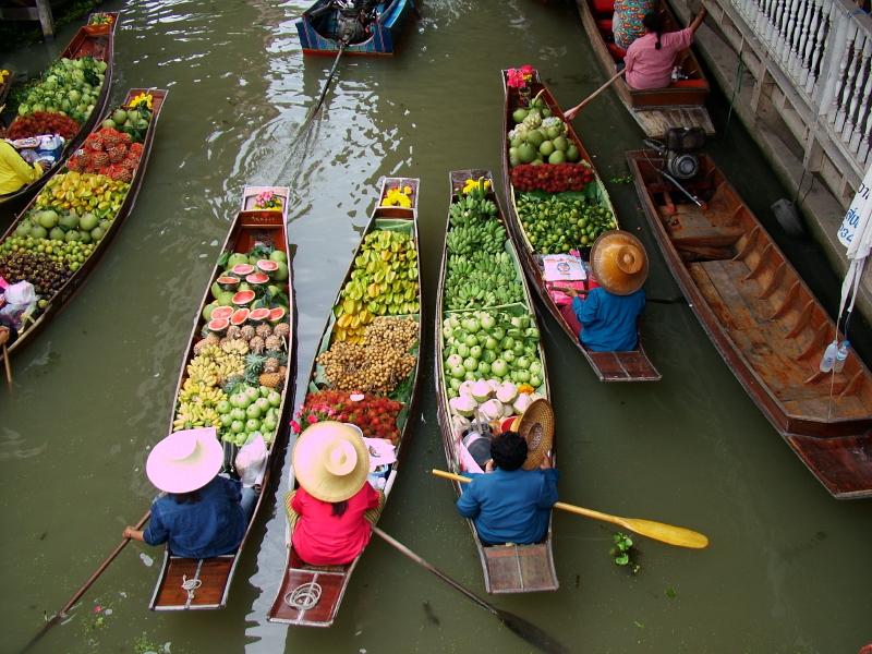 Лодочный рынок продуктов в Таиланде. Фото