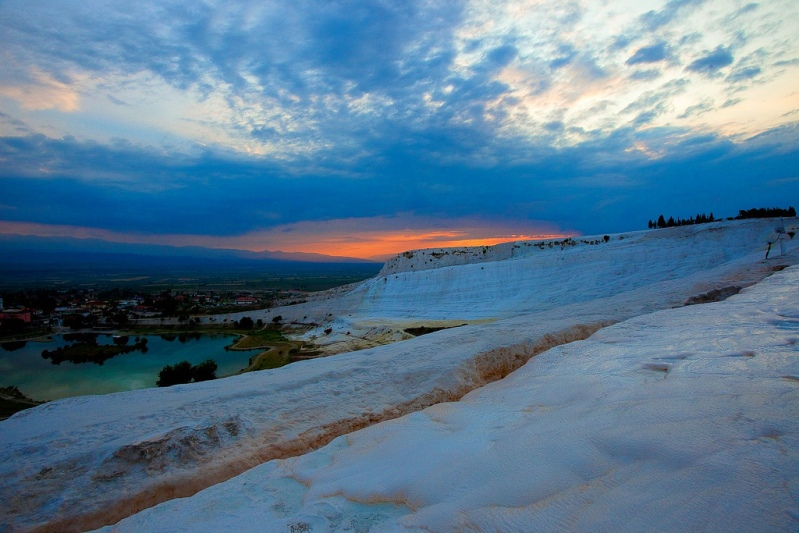 Природные бассейны с минеральной водой в Турции. Фото