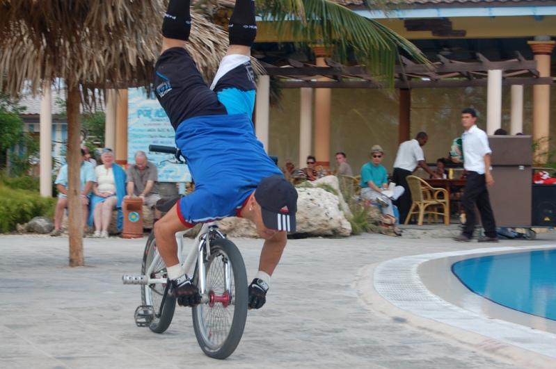 Экстремальные трюки с велосипедом. Фото