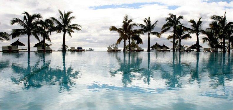 Пальмы у бассейна. Маврикий. Фото