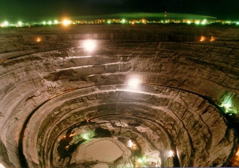 Кимберлитовая трубка Мир (Мирный, Якутия). Фото / The Mir mine in Yakutia. Photo