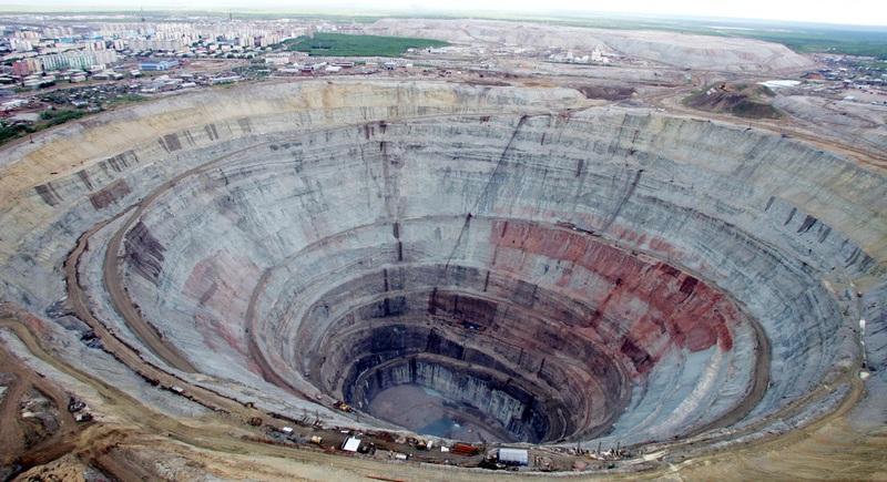 Кимберлитовая трубка Мир (Якутия). Фото / The Mir mine in Yakutia. Photo