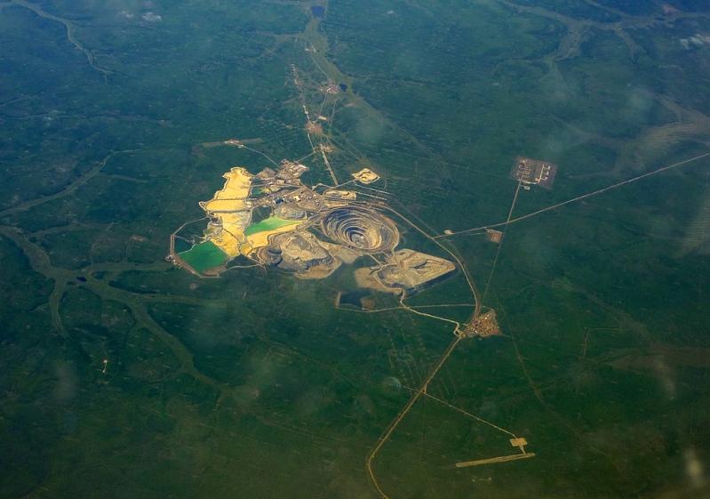 Кимберлитовая трубка Мир (Мирный, Якутия). Фото из космоса