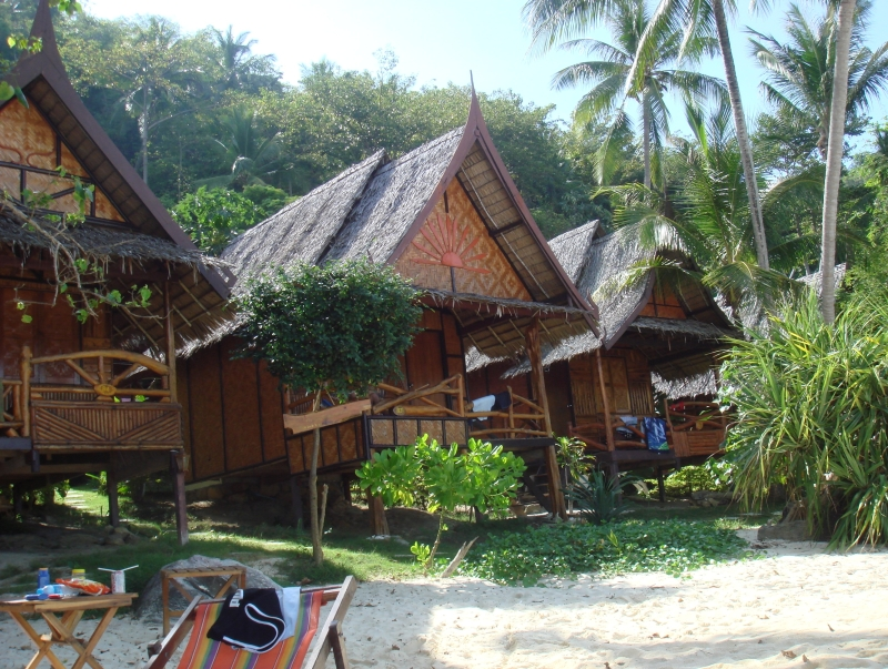 O tipo bungalow hotel para os amantes de recreação ao ar livre.  Localizado em uma praia isolada Pak Nam