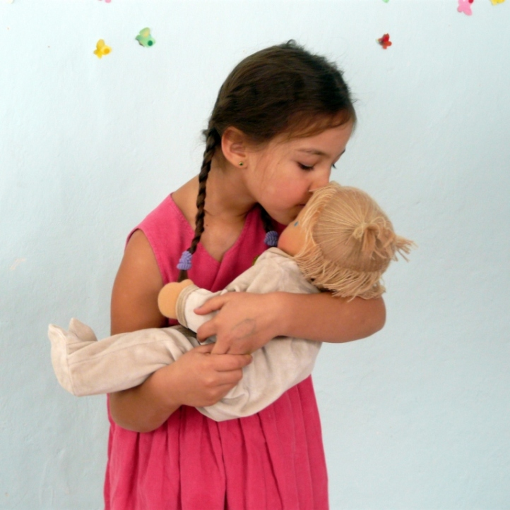 Девочка и вальдорфская кукла.
