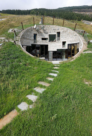 Дом в склоне холма в швейцарии фото