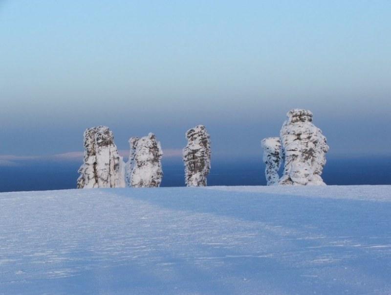 Столбы выветривания на плато Маньпупунер зимой. Фото