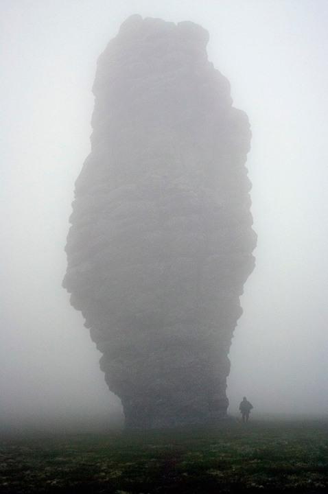 Столбы выветривания на плато Маньпупунер зимой в тумане. Фото
