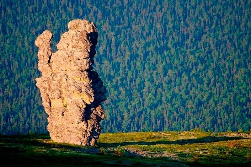 Столбы выветривания на плато Маньпупунер летом. Фото