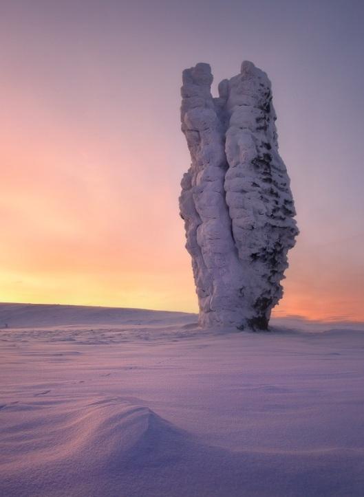 Столбы выветривания на плато Маньпупунер на закате. Фото