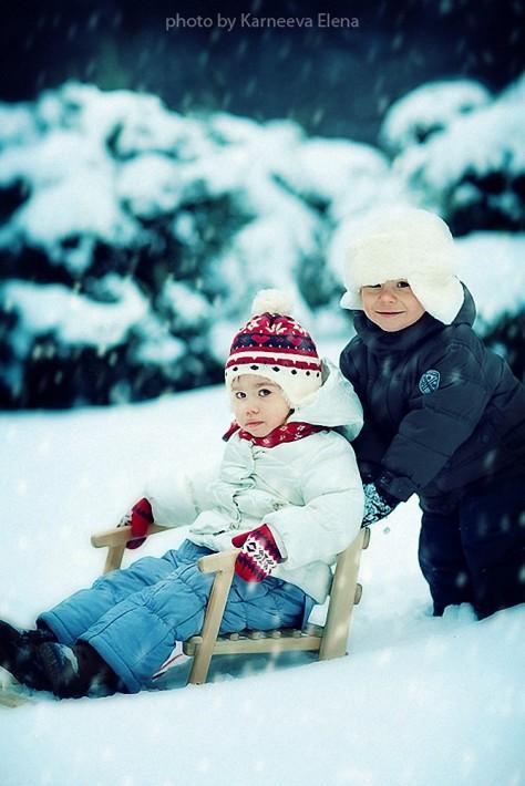 Красивые дети и животные. Зимний лес. Фото