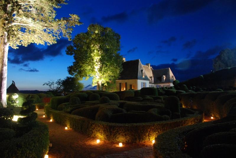 Висячие сады замка Маркизъяк, освещенные свечами. Фото