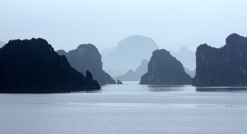 Ver Halong Bay no nevoeiro.  foto
