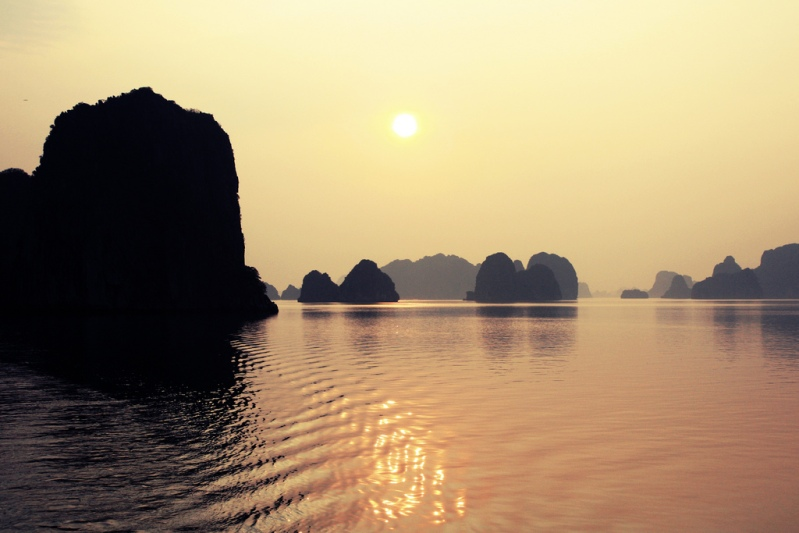 Halong Bay, no Vietnã.  Sunset.  foto
