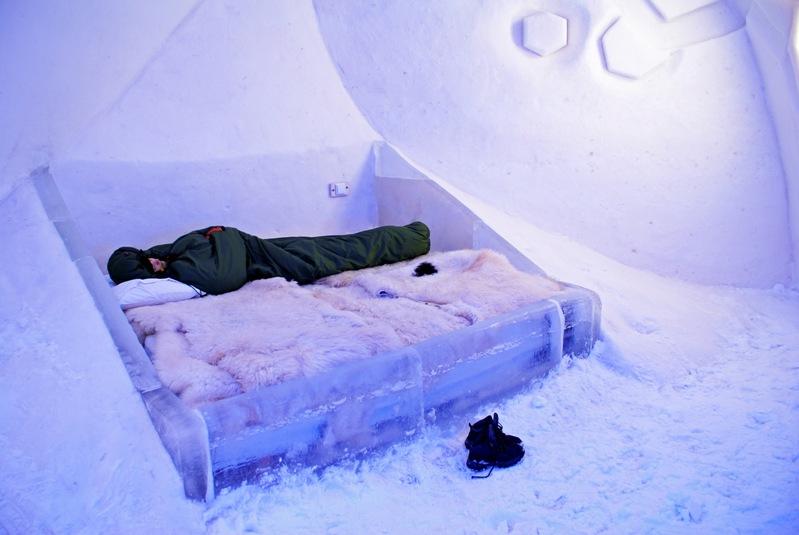 Внутри ледяного замка в Финляндии. Фото