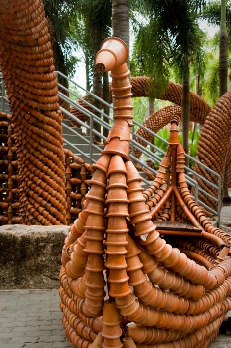 Сад керамических горшков в Парке Нонг Нуч в Таиланде. Фото
