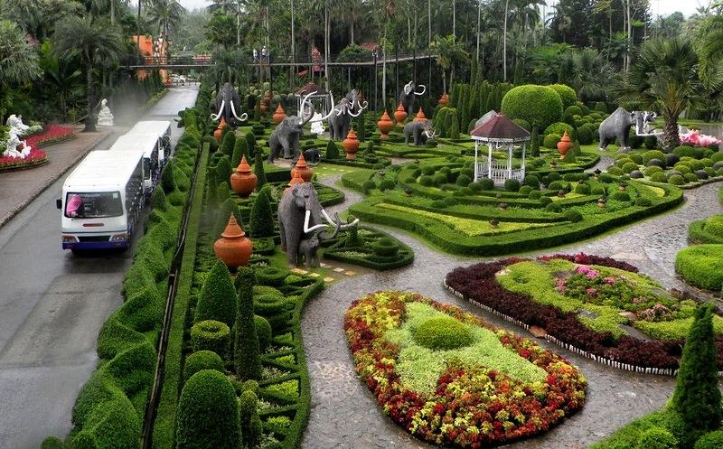 Фигурно подстриженные кустарники в Парке Нонг Нуч в Таиланде. Фото