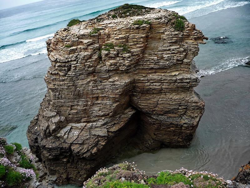Лабиринты из скал на пляже в Испании. Фото
