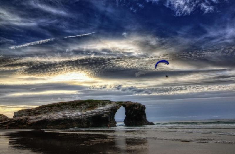 Необычные арки из скал на пляже в Испании. Фото