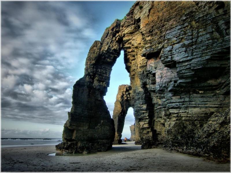 Необычный пляж с арками в Испании. Фото