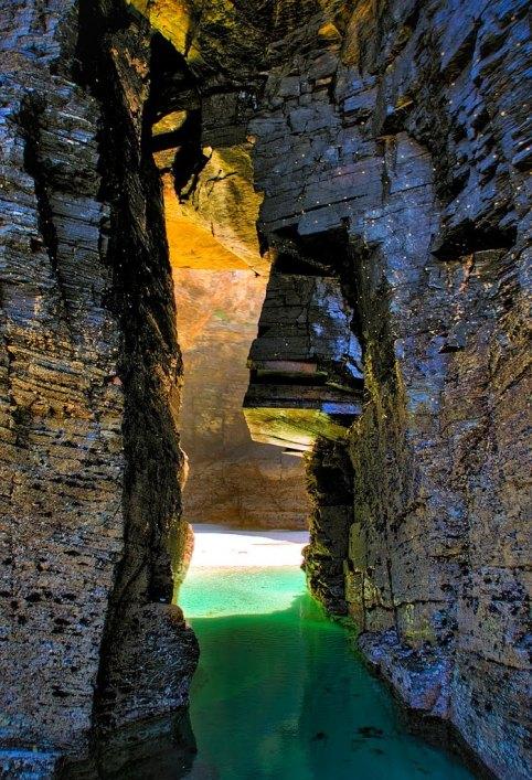 Арки из скал на пляже в Испании. Фото