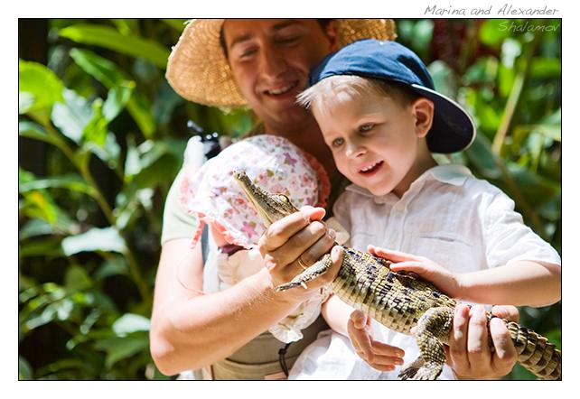 мальчик и геккон. Фото