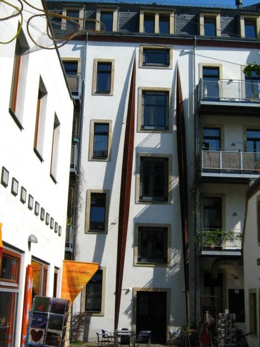 Необычные дома во Дворе искусств в Дрездене, Германия. Фото