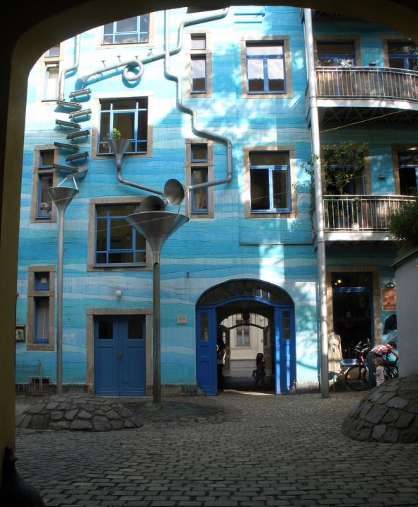 Дом с поющими водосточными трубами. Фото