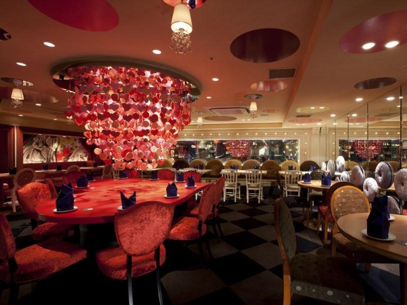 Ресторан по мотивам Алиса в стране чудес в Японии. Фото