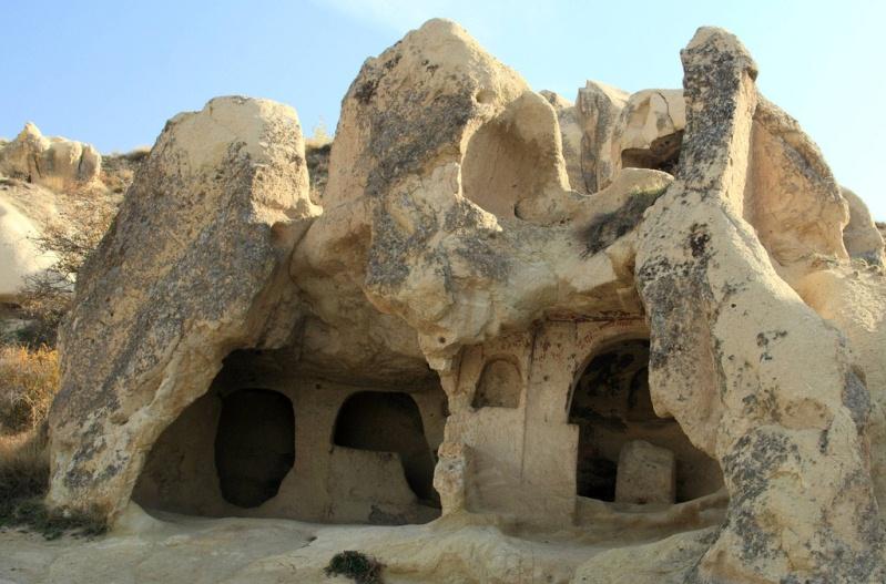 Древнее жилище в скале. Каппадокия в Турции. Фото