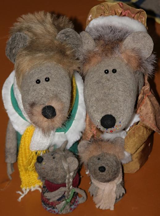 Игрушки из валенок в музее города Мышкин. Фото