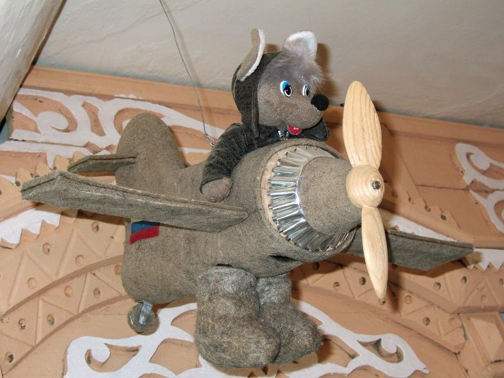 Мышь на самолете из валенок в музее города Мышкин. Фото